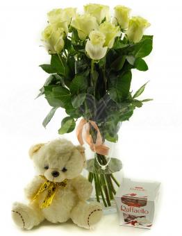 Букет из 11 белых роз с игрушкой и конфетами