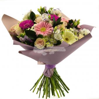 Букет с герберами, розами и зеленью в упаковке